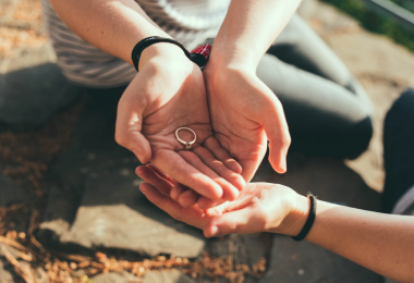 Jak sladit snubní a zásnubní prsten?
