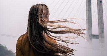Suché a zničené vlasy? Vyzkoušejte těchto 5 kroků, které je zachrání